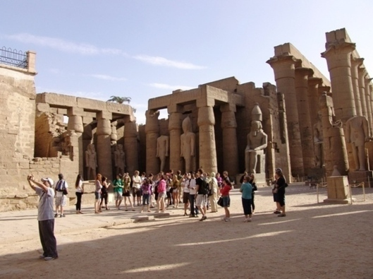 Group of tourists in the Temple of Luxor. (Photo: Nina Hubinet)