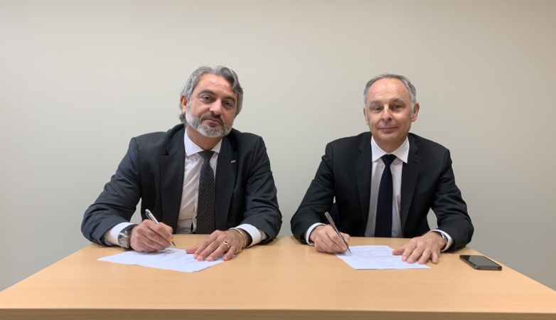 Nadim Andraos (FEV Group) and Laurent Benoit (UTAC CERAM) seal their agreement for the construction of an automobile testing centre in Morocco (photo: UTAC CERAM/FEV Group)
