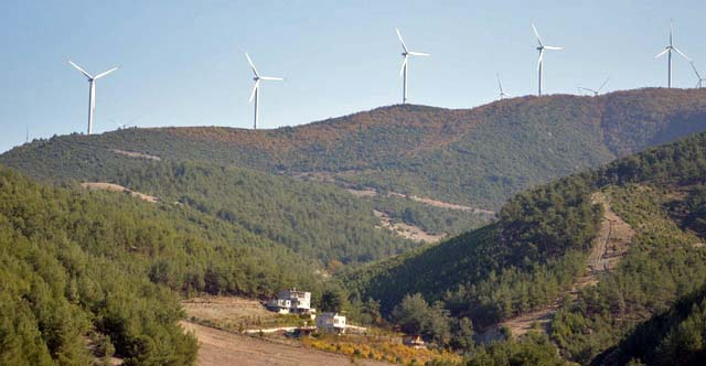 Wind turbines aligned in the Turkish mountains near Gaziantep. Renewable energies are also present in the landscapes of the southern Mediterranean. ©N.B.C